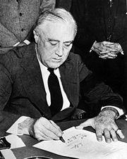 Presiden Franklin Delano Roosevelt menandatangani Deklarasi Perang terhadap Jepang pada hari berikutnya setelah serangan